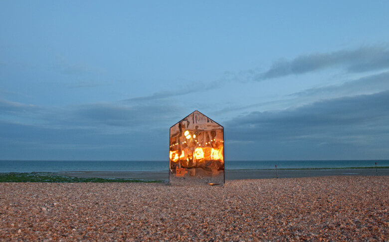 mirrored-beach-hut2